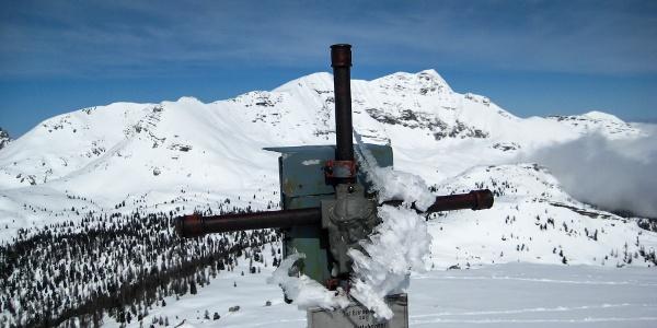 Gipfelkreuz des Angerkogels, dahinter der Mitter- und Hochmölbing