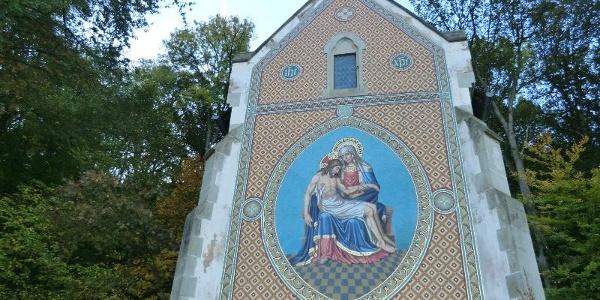 Riesiges Wandmosaik auf der St. Anna Kapelle oberhalb von Bernkastel
