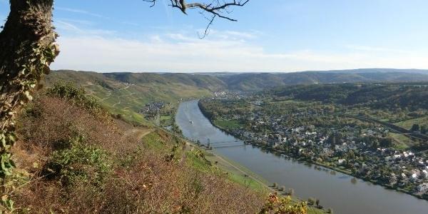 Aussichtspunkt Zeltinger Berg: Wehlen mit Hängebrücke, Graach und im Hintergrund Bernkastel-Kues