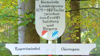 Hinweistafel auf die historische Grenze (1275-1803) zwischen dem Rupertiwinkel und dem Chiemgau