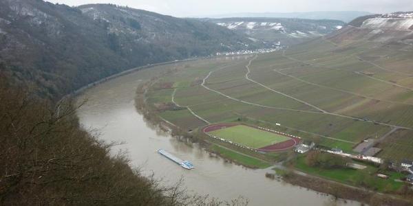 Aussicht vom Beinter Kopf: Enlang des Steilhangs der Briedeler Schweiz nach Briedel