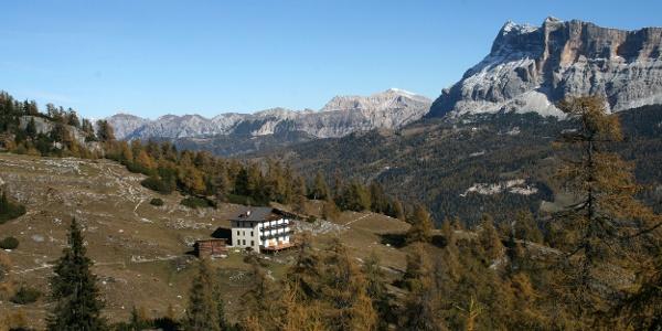 Die Gardenaccia-Hütte und im Hintergrund der Heiligkreuz-Kofel