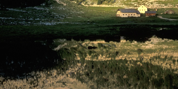 Idyllische Seenlandschaft im Naturpark Fanes-Sennes-Prags