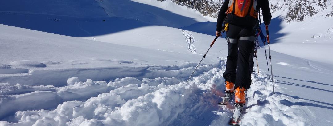 Der Blick auf den Sommerwandferner wird frei. In der Mitte der Gipfel der Inneren Sommerwand, links davon die Kräulscharte und unser Skidepot.