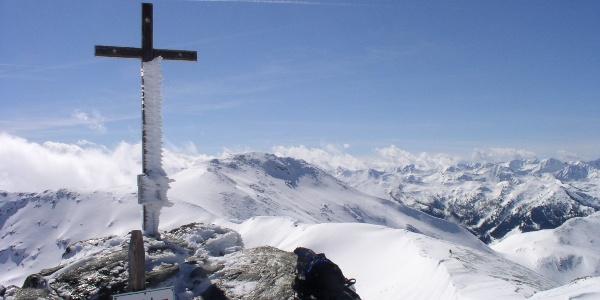 Kreuz Karlspitze 2097 m mit Wegweiser Schreinl