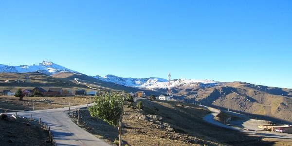 Blick auf die verschneite Sierra Nevada mit dem Pico de la Veleta (Bergspitze links)