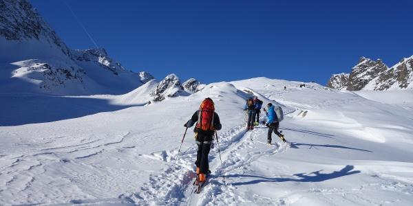 Auf dem flachen Rücken Richtung Sommerwandferner. Links der Gipfel der Mittleren Kräulspitze (3302 m).