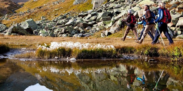Wanderer an einem Bergsee