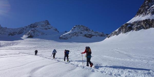 Aufstieg über den Sommerwandferner. Die Mittlere Kräuspitze ist der höchste und dominierende Gipfel in dieser Geländekammer.