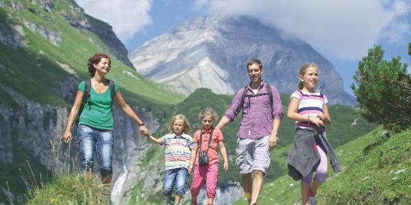 Familie beim Wandern in der Ferienregion Flims Laax Falera