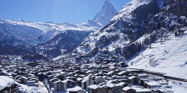 Am Waldrand ist der Blick frei auf das Dorf und das Matterhorn – eine herrliche Aussicht.