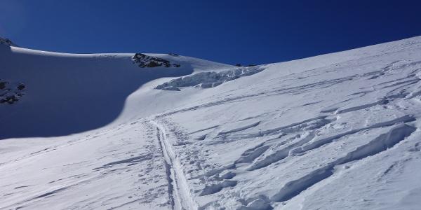 Der offene Gletscherbruch auf ca. 3060 m, dahinter die Felsspitzen des Vorderen Wilden Turms (3154 m).