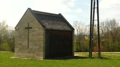 Die 2003 erbaute Barbarakapelle inmitten des Erholungszentrum Berghalde