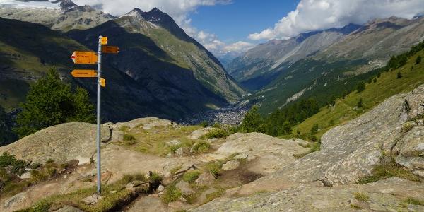 An der Abzweigung zum Gletschergarten mit Blick aufs Tal